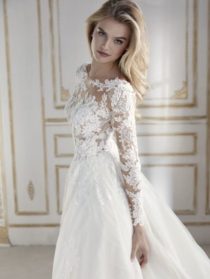 Бальное свадебное платье с длинным рукавом и лифом на съемной подкладке.