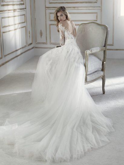 Великолепное свадебное платье с пышной юбкой и кружевным лифом.