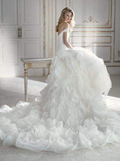 Свадебное платье «русалка» с роскошной юбкой, покрытой оборками.