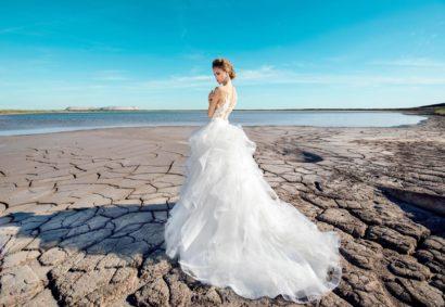 Свадебное платье-трансформер с полупрозрачным верхом и многоярусной юбкой.