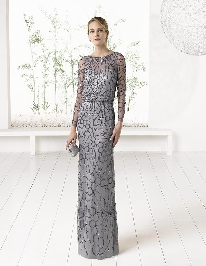 Серое вечернее платье прямого силуэта с длинным рукавом и V-образным вырезом.