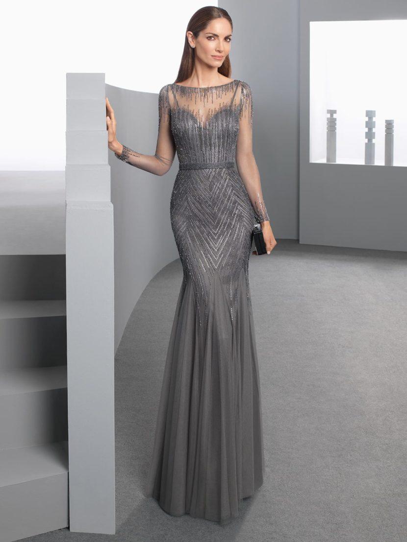 Серое вечернее платье облегающего кроя с прозрачной вставкой над лифом.