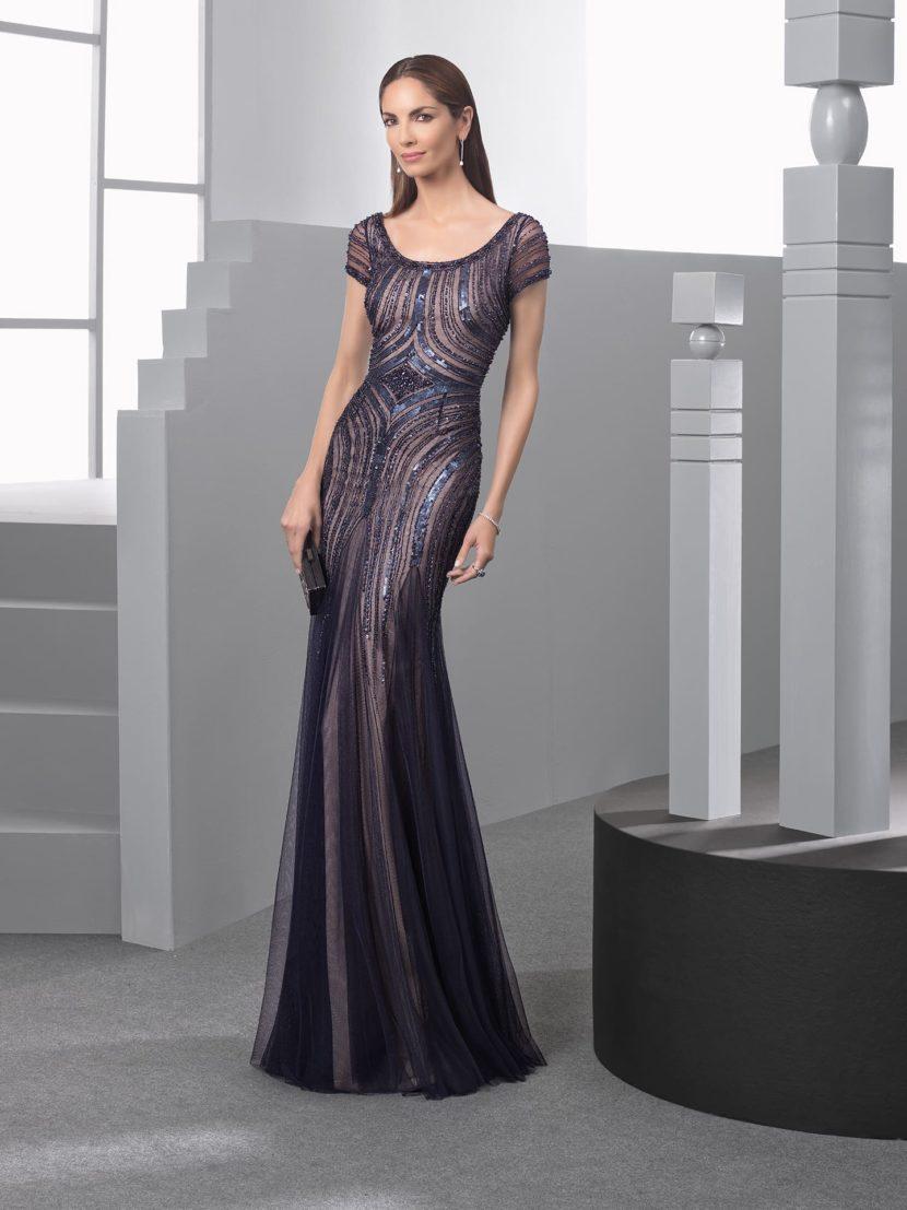 Облегающее вечернее платье на бежевой подкладке, с закрытым лифом.