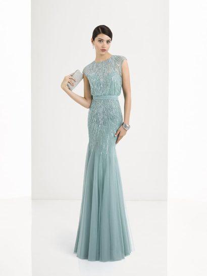 Деликатный голубой оттенок делает прямое вечернее платье незабываемо красивым. Изящная комбинация короткого рукава и высокого выреза под горло наполняет образ женственностью, как и акцент на линию талии. Подчеркнуть очертания силуэта помогает романтичная глянцевая вышивка, покрывающая весь верх платья.