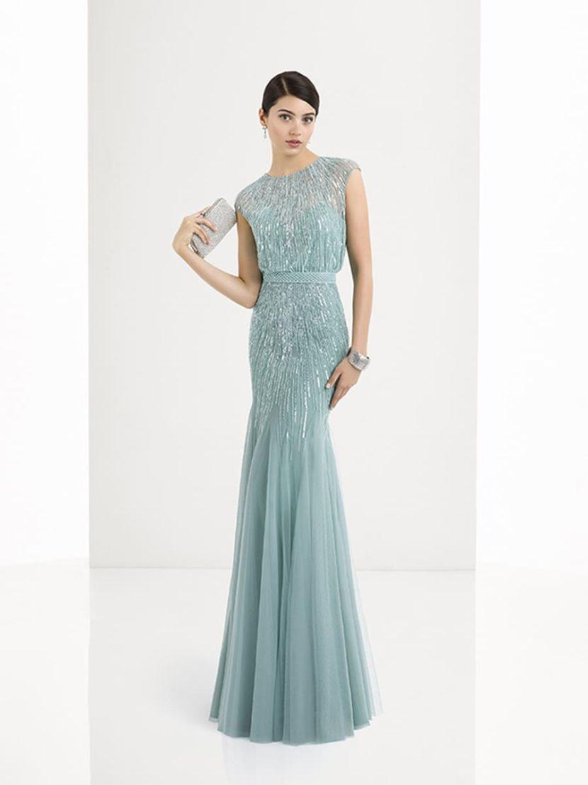 Голубое вечернее платье с сияющей отделкой и прямым силуэтом.
