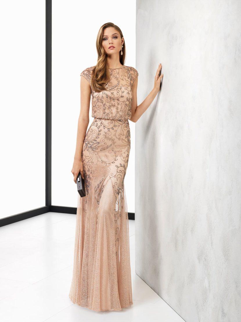 Бежевое вечернее платье прямого силуэта, покрытое цветочной вышивкой.