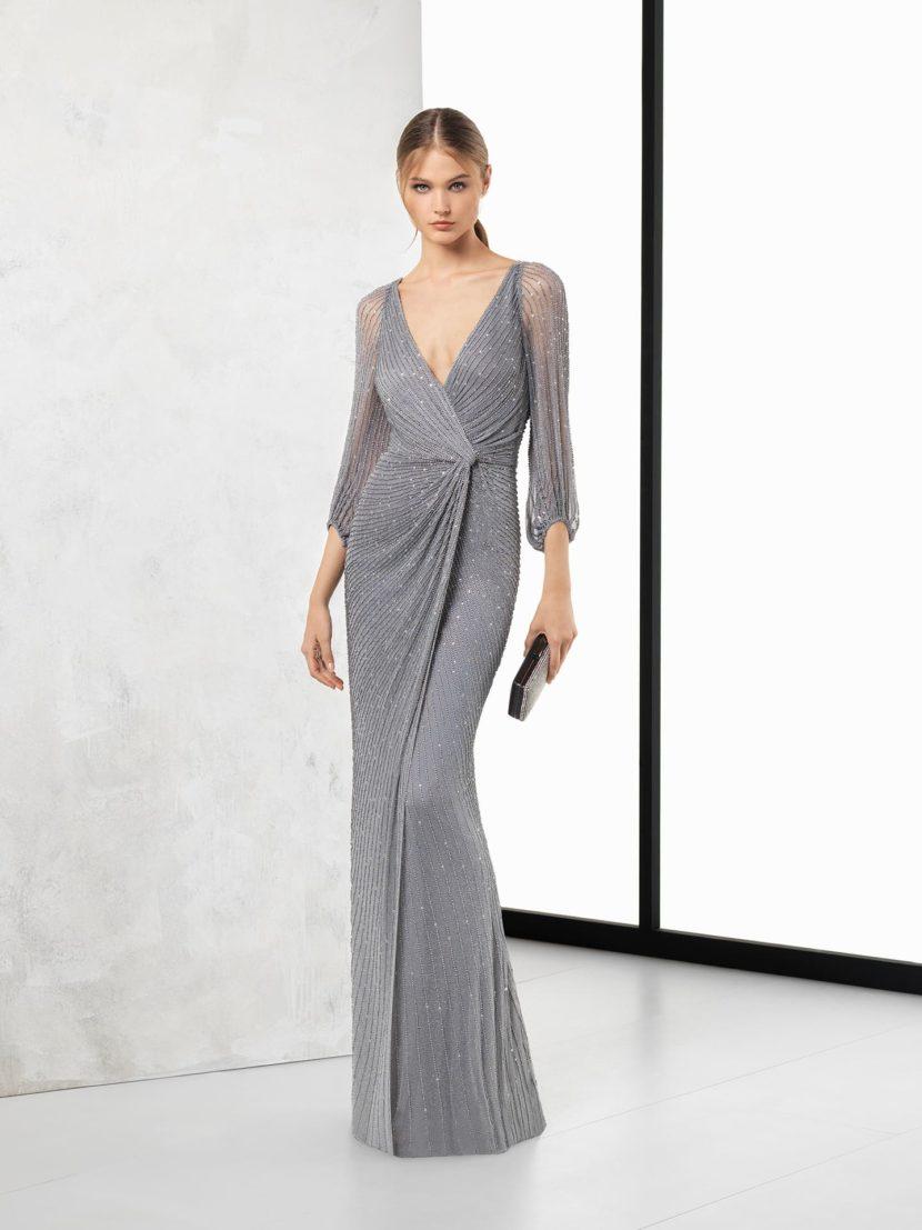 Серое вечернее платье прямого кроя с V-образным декольте.