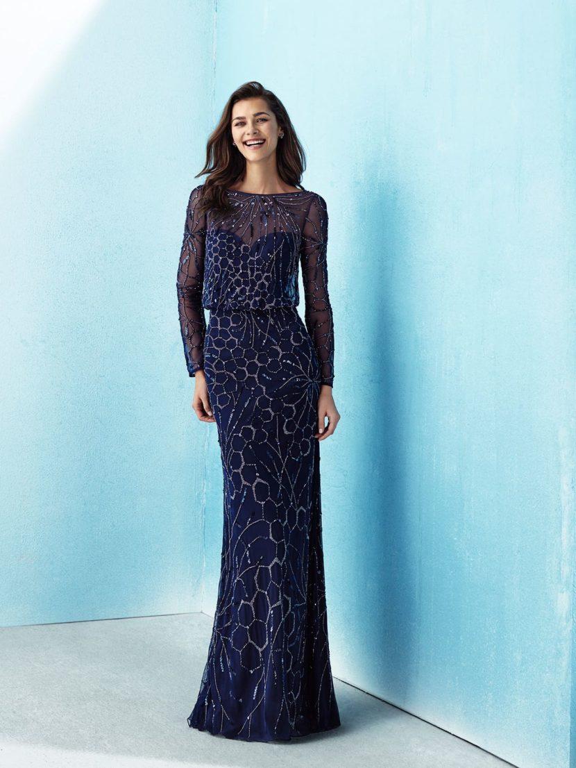 Темно-синее вечернее платье прямого кроя с серебристой отделкой.