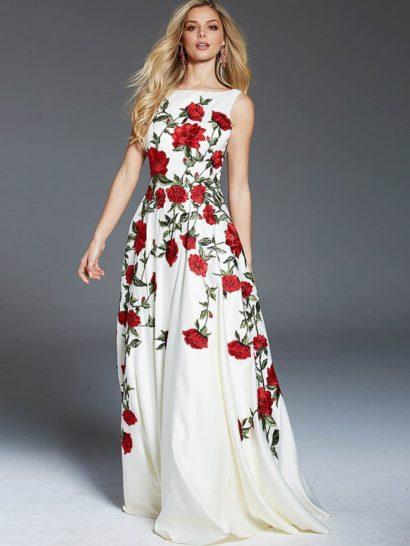 Белое вечернее платье создает эффектный образ благодаря крупному цветочному узору в красно-зеленых тонах. Пышный силуэт юбки со шлейфом сзади подчеркнут вертикальными складками по подолу. Закрытый лиф с вырезом «лодочкой» утонченно дополняет образ и придает ему женственность, а ноты соблазнительности обеспечивает глубокое декольте на спинке.