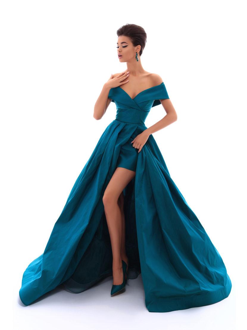 Бирюзовое вечернее платье с длинной юбкой сложного кроя.