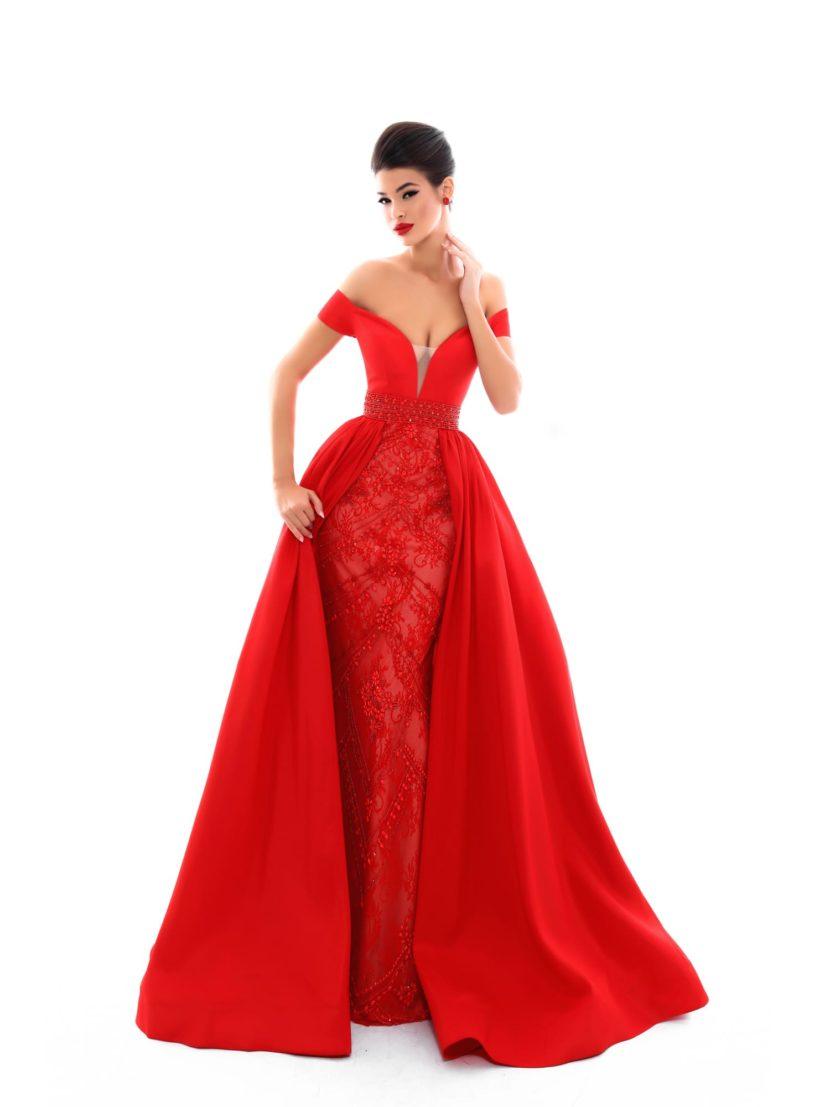 Алое вечернее платье с открытым верхом и двойной юбкой.