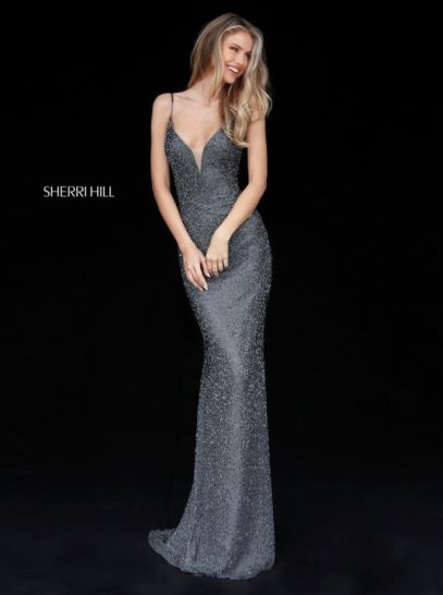 Серебристое вечернее платье с открытой спинкой и глубоким вырезом на лифе.