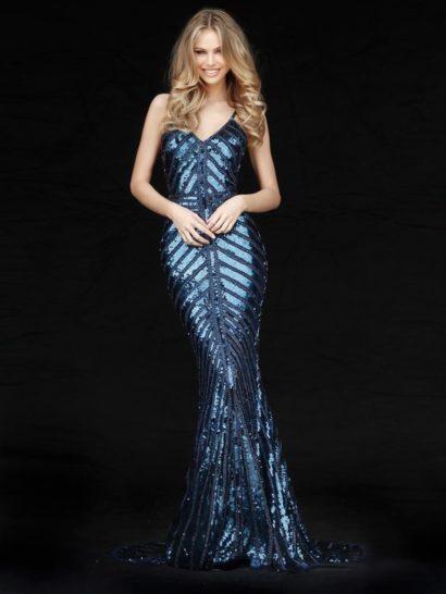 Глубокий синий оттенок ткани идеально сочетается с роскошной сияющей отделкой пайетками. Узор, созданный декором, позволяет придать выразительность соблазнительному силуэту «рыбка». Сзади вечернее платье дополняет элегантный, торжественный шлейф. Дополнительный акцент в силуэте делают узкие бретели, обрамляющие декольте и открытую спинку.