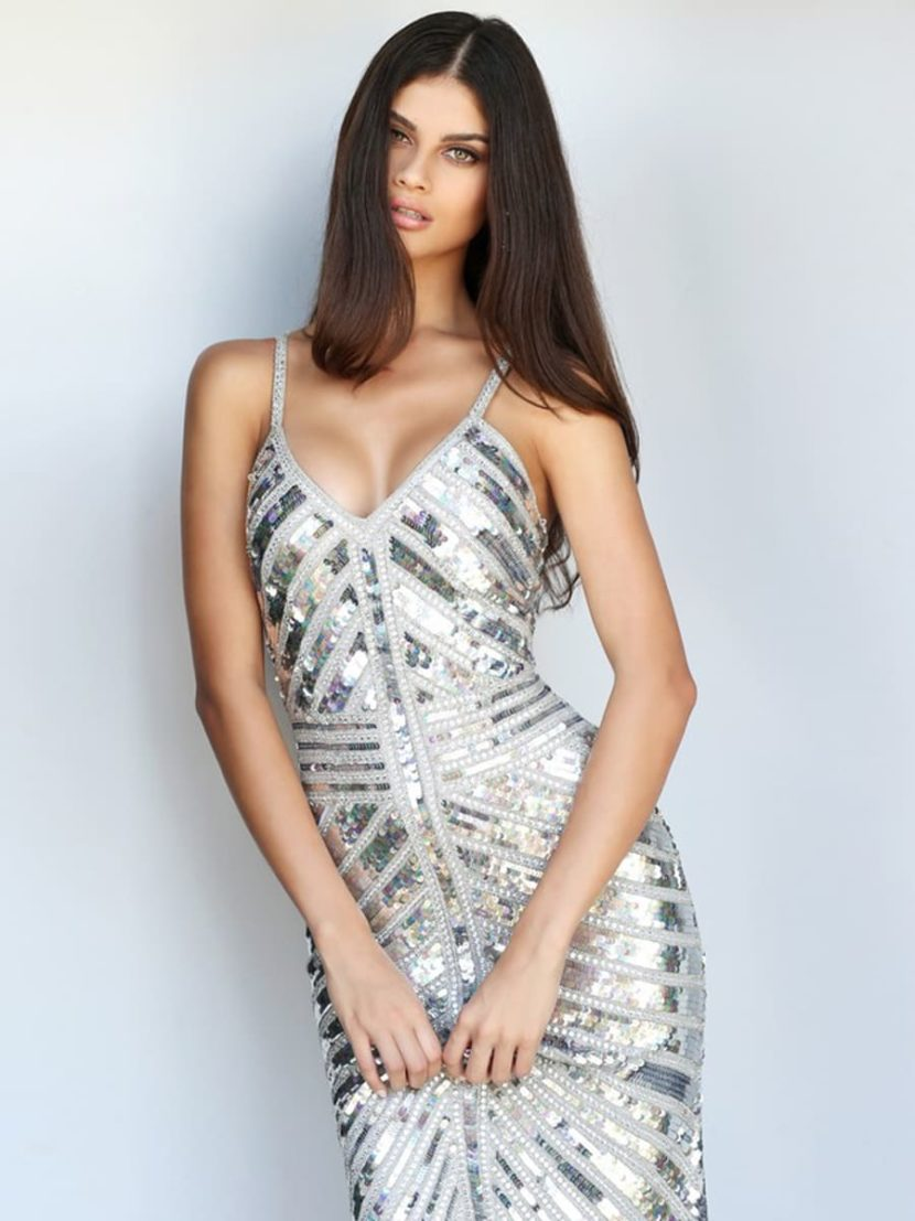 Серебристое вечернее платье «русалка» со шлейфом и открытым верхом.