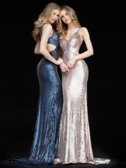 Синее вечернее платье с небольшим вырезом на спинке и коротким шлейфом.