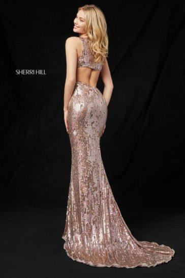 Сияющее вечернее платье розово-золотого цвета с небольшим шлейфом.