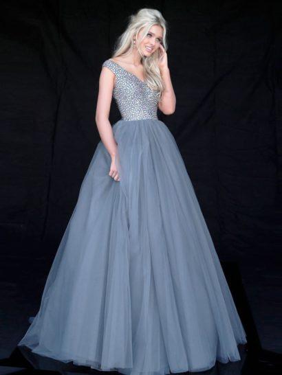 Дымчато-голубое вечернее платье смотрится торжественно и романтично. Роскошная пышность подола подчеркнута крупными вертикальными складками по всей длине и дополнена коротким шлейфом. Верх с V-образным вырезом и широкими бретелями декорирован сверкающей вышивкой, которая полностью покрывает ткань.