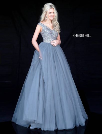 Голубое вечернее платье пышного силуэта с сияющим декором лифа.