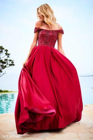 Алое вечернее платье пышного кроя с изящным портретным декольте.