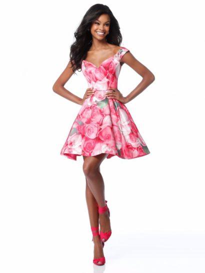 Кокетливое вечернее платье с крупным цветочным узором безупречно подходит для выпускного. Насыщенный розовый оттенок ткани гармонично смотрится в сочетании с пышным силуэтом юбки длиной чуть выше колена. Женственный лиф дополнен широкими бретельками, которые обрамляют и открытую спинку.