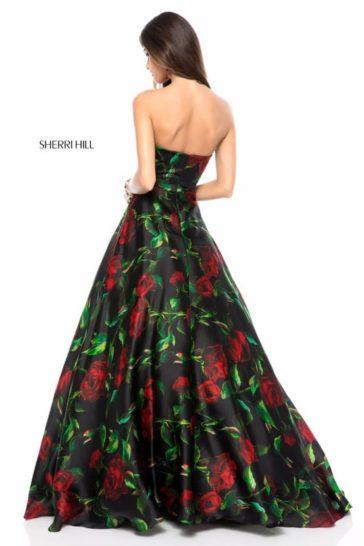 Пышное вечернее платье из ткани с романтичным цветочным рисунком.