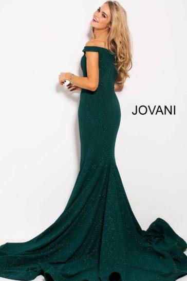 Изумрудное вечернее платье силуэта «русалка» с изящным лифом.