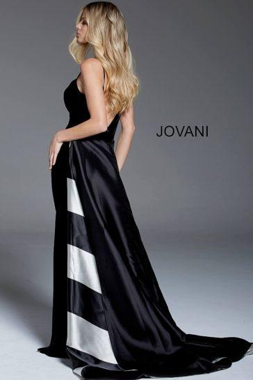Черное вечернее платье с двойной юбкой и открытым лифом на бретелях.