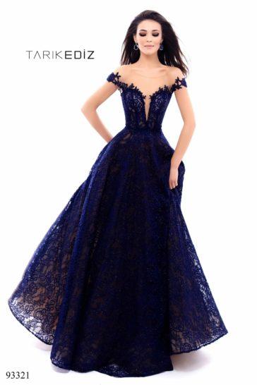Темно-синее вечернее платье с кружевной отделкой и пышной юбкой в пол.