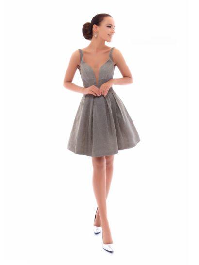 Стильное вечернее платье серого цвета смотрится одновременно лаконично и торжественно. Пышная юбка длиной до колена декорирована объемными складками ткани. Глубокий вырез «сердечком» дополняют симметричные узкие бретели на плечах. Сияющая фактура служит дополнительным украшением образа.