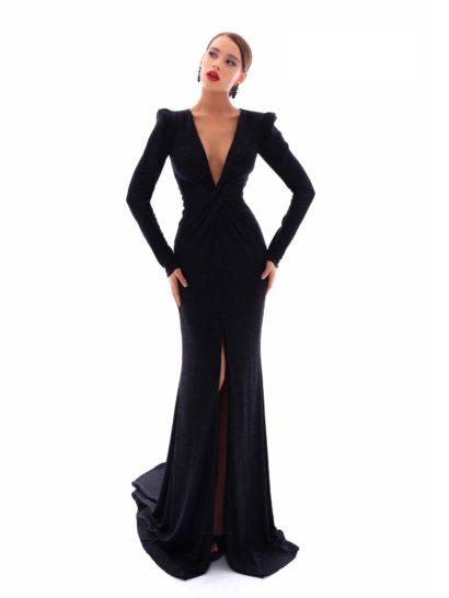 Изысканный крой вечернего платья с юбкой длиной в пол наполнен женственностью. Драпировки в области талии и высокий разрез по юбке позволяют эффектно продемонстрировать фигуру. Глубокий V-образный вырез стильно сочетается с драматичными длинными рукавами. В качестве торжественного дополнения – небольшой шлейф сзади.