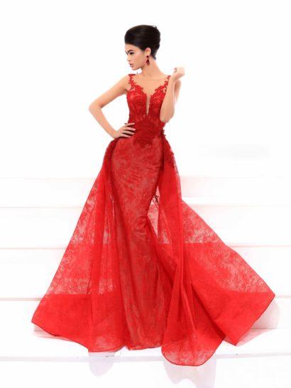 Сногсшибательная красота вечернего платья в сочетании со страстным алым оттенком делает образ подходящим для самой взыскательной модницы. Облегающий силуэт с юбкой «русалка» дополняет верхняя юбка из кружева, придающая низу платья пышность. Лиф изящно подчеркивает область декольте, а спинка открыта вырезом «замочная скважина», обрамленным кружевными аппликациями.