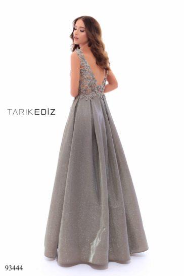 Серое вечернее платье с открытым лифом и двойной юбкой.
