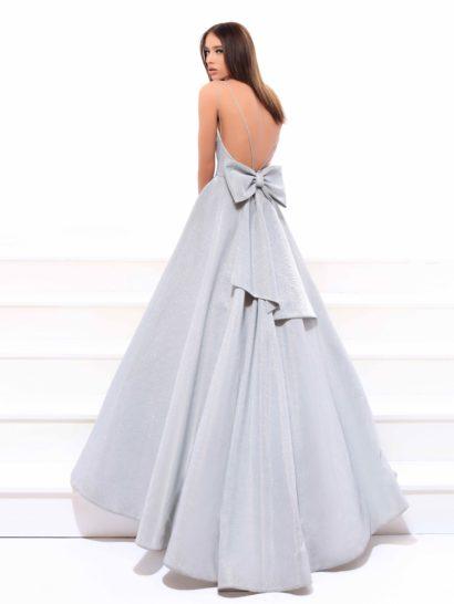 Серебристое вечернее платье пышного силуэта с бантом на спинке.