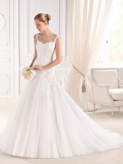 Торжественное свадебное платье силуэта «принцесса», дополненное воздушным шлейфом сзади, обеспечит невесте самые теплые эмоции и уверенность в своей красоте. Классические линии лифа «сердечком» подчеркивают область декольте. Обрамлен лиф узкими бретелями, которые сзади очерчивают глубокий V-образный вырез. Деликатной отделкой платья служат кружевные аппликации.