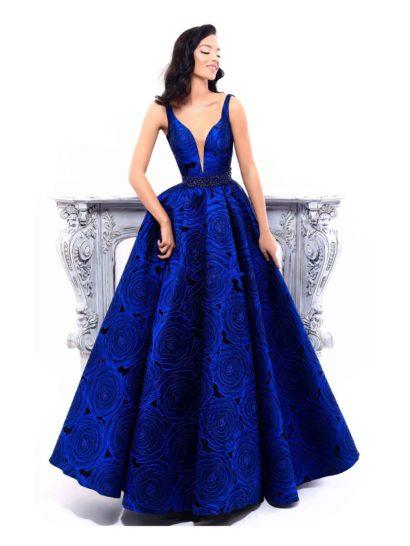 Впечатляющее вечернее платье синего цвета из ткани с эффектным крупным рисунком. Пышная юбка в пол декорирована шикарными складками от самой талии, выделенной бисерным поясом. Лиф облегающего корсета с головокружительным V-образным декольте дополнен узкими бретелями и тонкой вставкой в тон кожи.