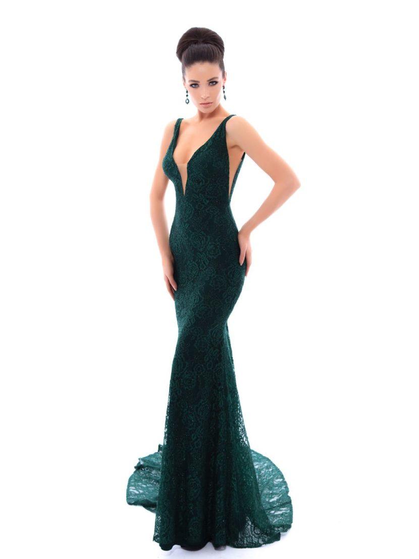 Вечернее платье изумрудного цвета, с глубоким V-образным декольте.