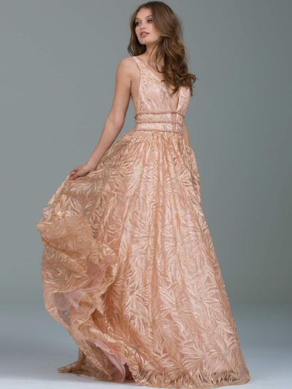 Бальное платье, покрытое сияющими пайетками, прекрасно дополняющими персиковый оттенок ткани. Драматичный V-образный вырез дополнен разрезами по бокам и полностью открытой спинкой. Лиф дополняют бретельки на плечах. Естественную линию талии выделяет несколько бисерных полос вместо пояса. Юбка с подкладкой смотрится воздушно и торжественно, завершает ее шлейф.