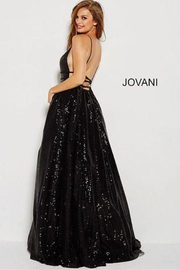 Черное вечернее платье с глубоким вырезом и отделкой пайетками.
