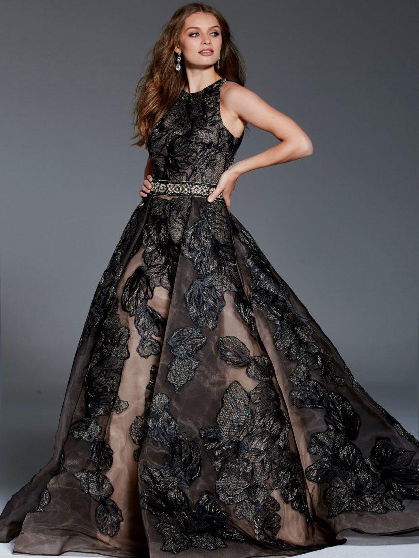 Черное вечернее платье А-силуэта с открытой спинкой.