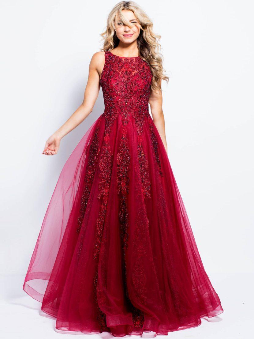Алое вечернее платье пышного силуэта, украшенное бисером и стразами.