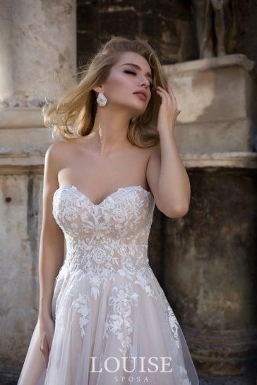 Пышное свадебное платье с открытым лифом и аппликациями.