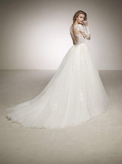 Пышное свадебное платье с длинным рукавом и чарующим шлейфом.