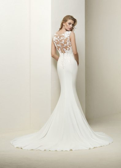 Свадебное платье «рыбка» с полупрозрачной накидкой и шлейфом.