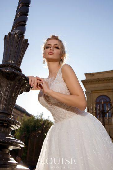Свадебное платье с изящным V-образным декольте и открытой спинкой.