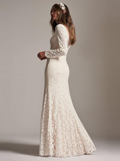 Прямое вечернее платье цвета слоновой кости, с длинным рукавом.