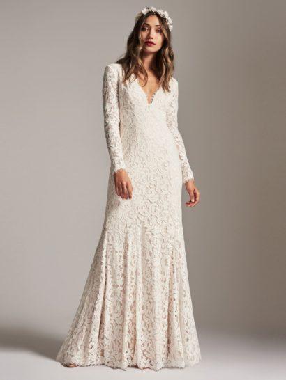 Вечернее платье отличается классическим силуэтом, красота которого будет вне времени. Сочетание длинных рукавов и притягательного V-образного декольте гарантирует платью изысканную элегантность. Отделка из кружева цвета слоновой кости делает образ романтичным, по всей длине под кружевом использована подкладка. Спинка оформлена невидимой молнией.