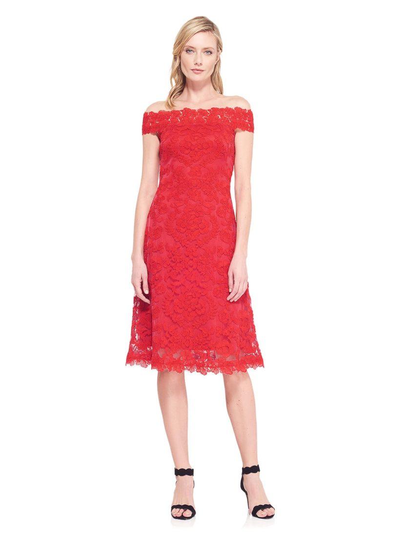Красное вечернее платье с юбкой ниже колена и портретным декольте.