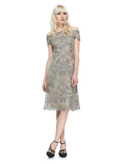 Впечатляющий рисунок вышивки на вечернем платье подчеркнут объемной глянцевой тесьмой. Иллюзия спущенного с плеч лифа делает образ женственным и прекрасно подчеркивает ключицы. Вырез дополнен прозрачной тканью для комфорта движений. Верх лифа и бретели полупрозрачные, а ниже платье дополнено облегающей фигуру трикотажной подкладкой.