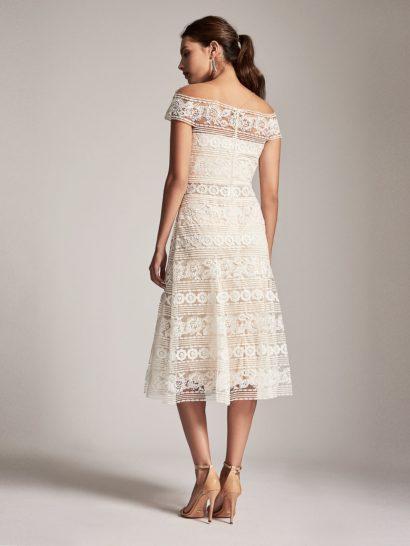 Вечернее платье цвета слоновой кости с изысканным кружевным декором.