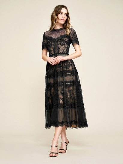 Элегантное вечернее платье с коротким рукавом декорировано кружевом, обеспечивающим невероятно романтичное настроение. Драпировки на полупрозрачной вставке над лифом оформлены изящными кружевными полосами. Изящная чайная длина юбки смотрится очень женственно. Тонкую ткань с кружевным декором дополняет традиционный для бренда трикотаж.